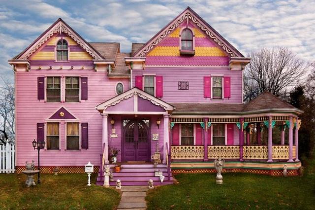 3. Ngôi nhà được sơn dựa trên ý tưởng phim cổ tích. Toàn bộ mặt tiền được sơn màu hồng tím, ở những phần đặc biệt như cửa trước được sơn màu hồng, cửa bên hông được sơn màu vàng tạo vẻ đẹp lãng mạn và ngọt ngào.