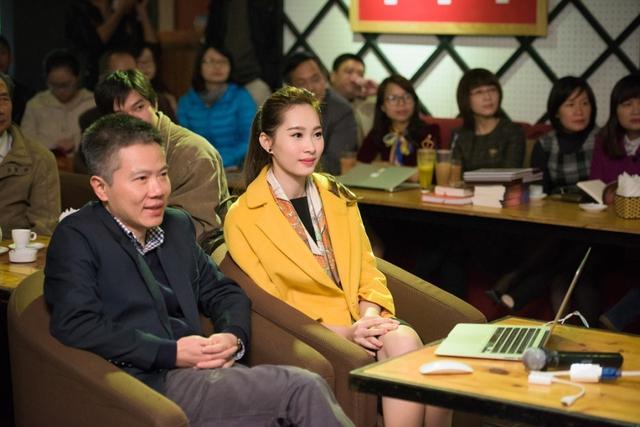 Thu Thảo và GS Ngô Bảo Châu trong sự kiện ra mắt sách năm 2015. Ảnh: FBNV.