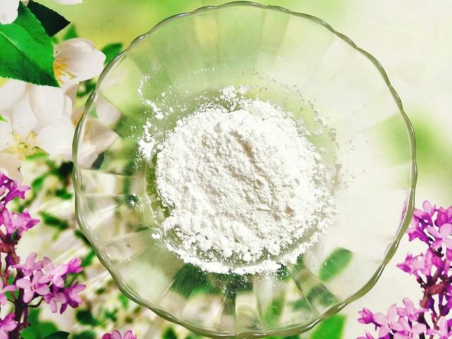 Đến công đoạn làm vỏ bánh, bạn cho nước đường, dầu hoa bưởi và dầu ăn vào bát to, sau đó khuấy đều. Tiếp đến, bạn cho bột bánh dẻo vào trộn đều, cho bột hòa tan với nước đường.