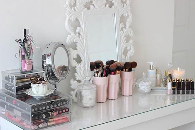 Ánh sáng tự nhiên luôn đẹp nhất cho trang điểm, nhưng nếu không tận dụng được nguồn sáng hoặc trang điểm khi trời tối, các bạn hãy sắm một chiếc gương có viền đèn để nhìn rõ nét khi trang điểm nhé!