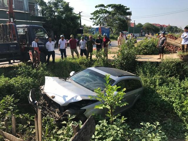 Người dân đứng quan sát tại hiện trường vụ trục vớt xe Audi Q5 ra khỏi hiện trường.