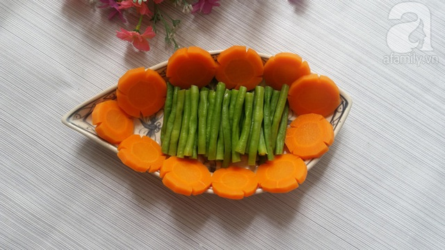 Cà rốt nạo vỏ, rửa sạch, thái miếng hình hoa.