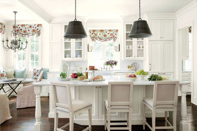 Rèm hoa giúp không gian nhà bạn có cái nhìn bắt mắt hơn. Trong khi phần lớn không gian phòng bếp là đồ nội thất và gạch sáng màu thì một chút hoa văn sẽ giúp không gian trở nên đỡ nhạt nhòa.