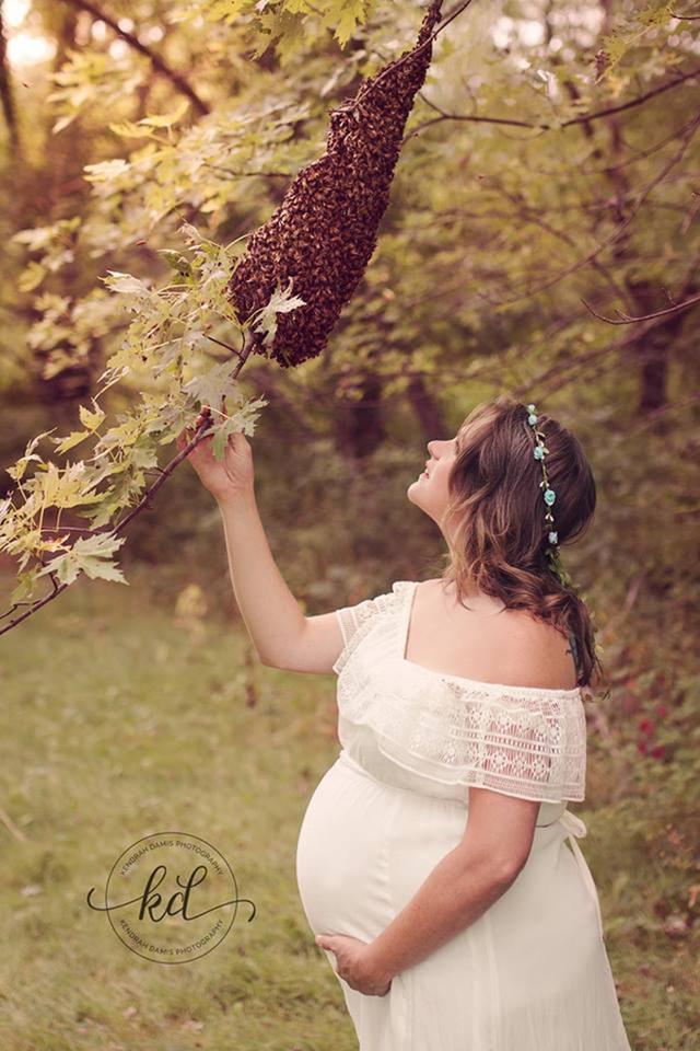 Gia đình Emily gắn bó với đàn ong nên cô quyết định để chúng góp mặt trong bộ ảnh bầu đứa con thứ tư.