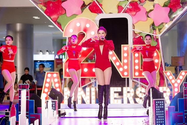 Trong sự kiện tối qua, Bảo Thy mặc bodysuit đỏ gợi cảm do nhà thiết kế Tăng Thành Công thực hiện riêng.
