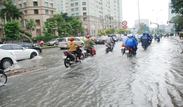 Lúc 16 giờ 15, đường Nguyễn Hữu Cảnh ngập kéo dài, phương tiện di chuyển khó khăn