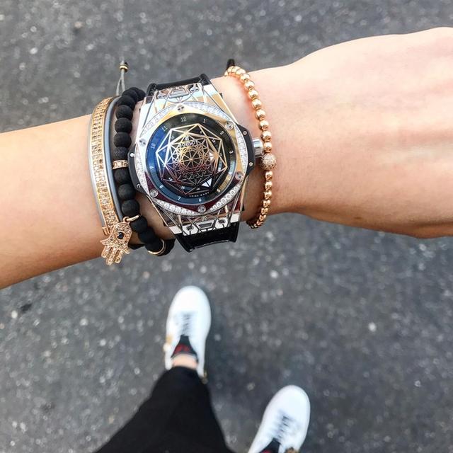 Đắt tiền nhất trong set đồ của Kỳ Duyên là chiếc đồng hồ hiệu Hublot, được biết đây là dòng Big Bang Sang Bleu có giá trị giao động trong khoảng 2,5 -3 tỷ đồng tuỳ thuộc vào chất liệu và số lượng đá quý đính kết trên chiếc đồng hồ này. Chưa kể, Kỳ Duyên cũng phải bỏ ra một con số không nhỏ để sở hữu bộ vòng tay với thiết kế tinh xảo của thương hiệu Anil Arjandas.