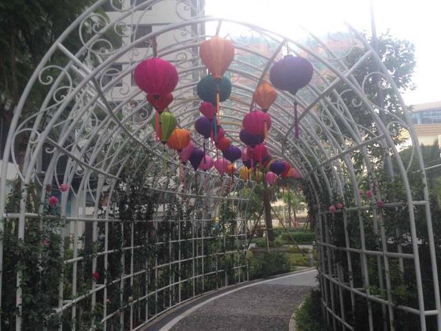 Trang trí Trung thu tại Vòm hoa hồng trở thành điểm check-in ưa thích của cư dân.