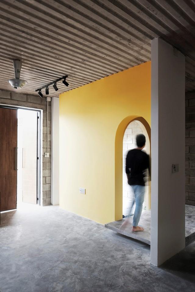 Do yêu cầu của chủ nhân căn hộ về một căn nhà không quá đắt, phù hợp với thu nhập để không tạo gánh nặng tài chính, công trình được thiết kế sử dụng những vật liệu dễ tìm nhưng không kém phần tinh tế.