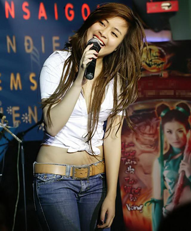 Năm 2009, Hoàng Thùy Linh tái xuất sau hai năm vắng bóng vì scandal đời tư. Cô chọn trang phục trẻ trung như quần jeans, áo sơ mi kết hợp cá tính khi biểu diễn ca hát