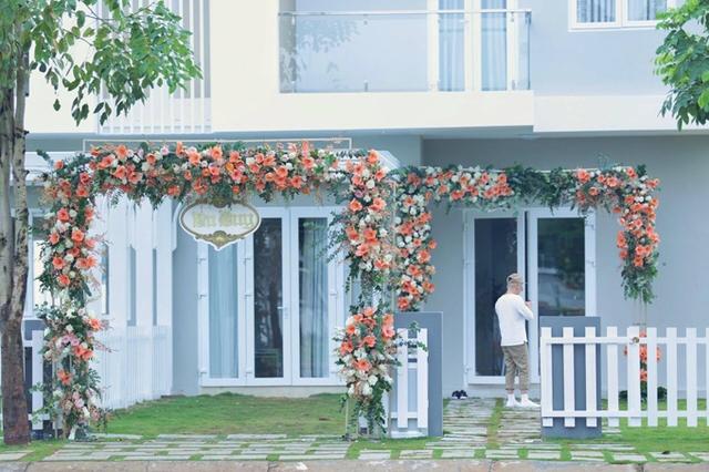 Cổng hoa trang trí đơn giản.