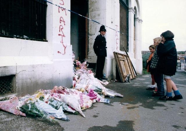 Nhiều người thương tiếc đến đặt hoa tại hiện trường nơi Nikki bị giết (Ảnh: Internet)