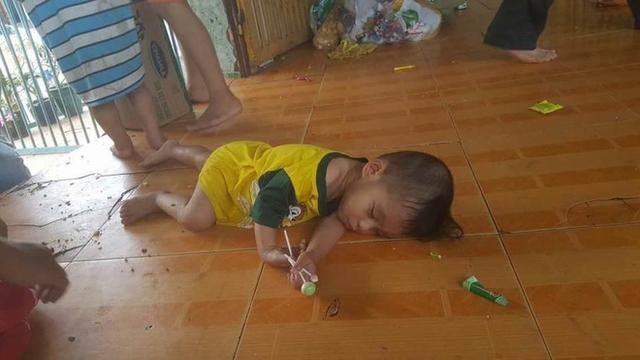 Cảnh sinh hoạt thiếu điều kiện vệ sinh, các bé ngủ ngay dưới sàn nhà.
