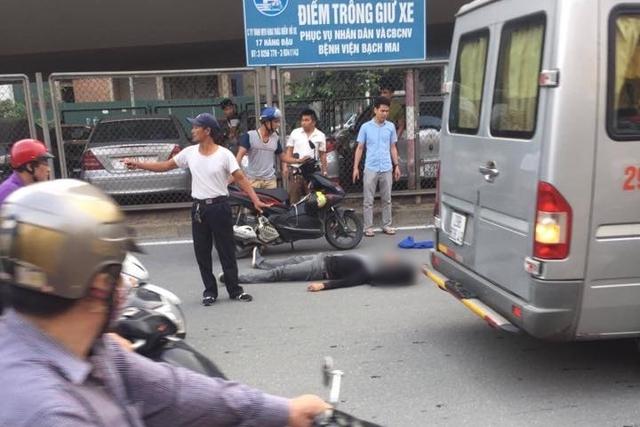 Nam thanh niên ngã đập đầu xuống đường, phải nhập viện cấp cứu.