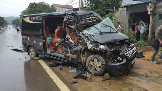 Chiếc xe Limousine 16 chỗ bị biến dạng phần đầu.