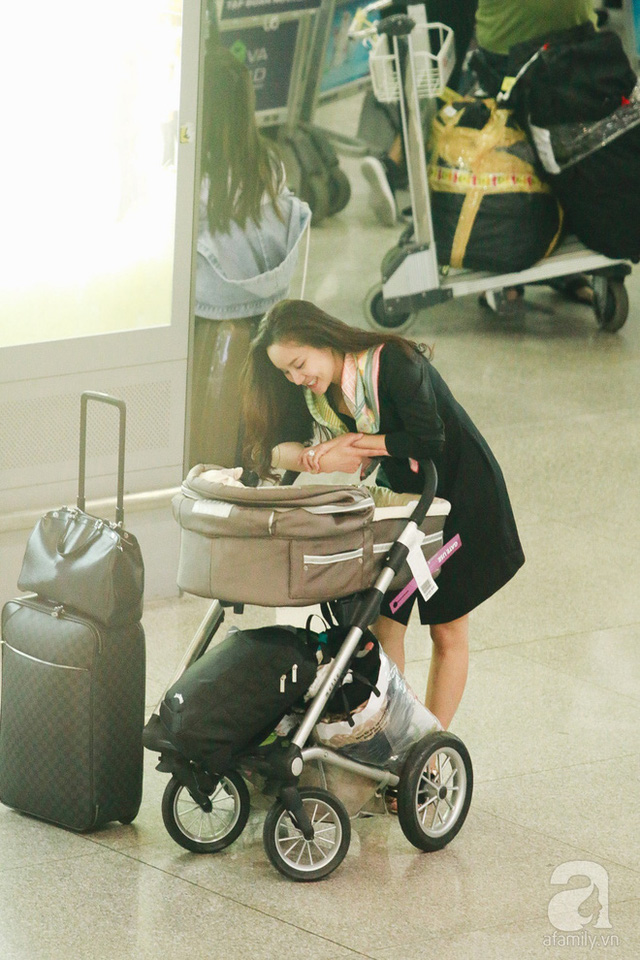 Vy Oanh vui vẻ trò chuyện cùng bé gái 3 tháng tuổi.