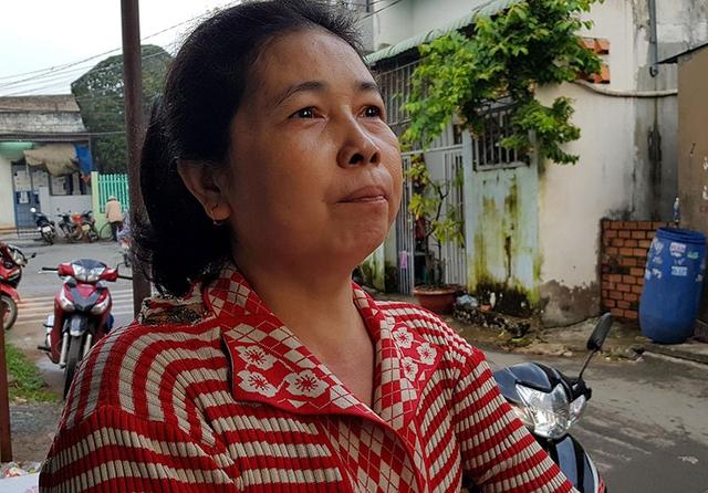 Bà Nguyễn Ngọc Đỏ rơm rớm nước mắt kể lại sự việc.