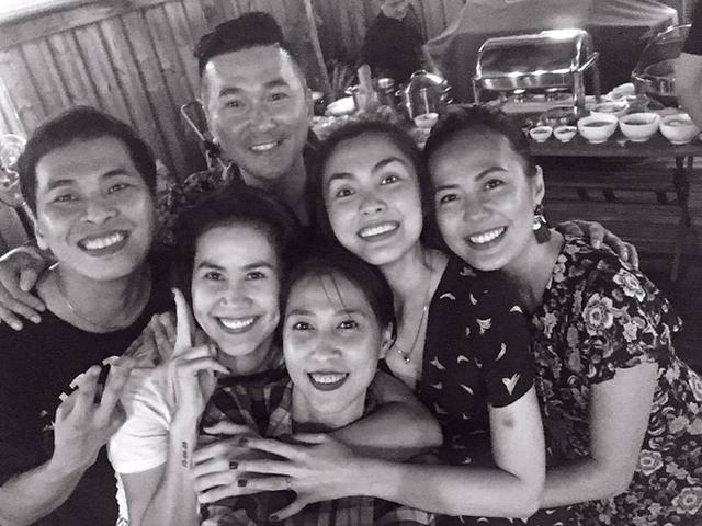Tăng Thanh Hà rạng rỡ trong tiệc sinh nhật giản dị đón tuổi mới bên hội bạn thân.