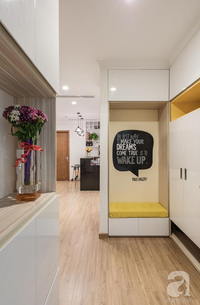 Góc nhỏ được thiết kế với ghế thư giãn và hệ thống tủ âm tường lưu trữ đồ.