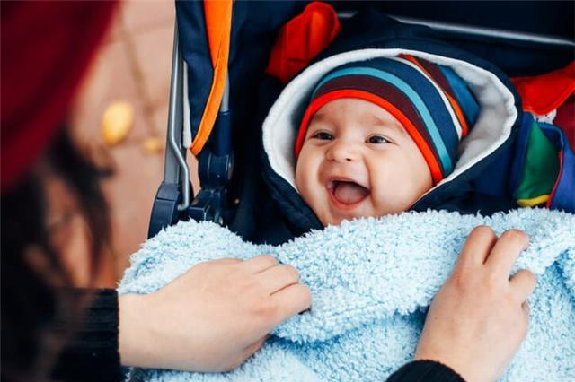 Các mẹ không nên ủ con bằng nhiều lớp áo, chăn bông quá dày, kín. (Ảnh minh họa)