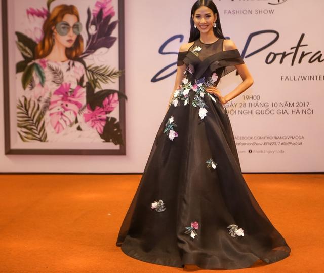 Hoàng Thùy chọn cho mình chiếc váy dạ hội nền nã làm toát lên vẻ dịu dàng đến dự sự kiện.