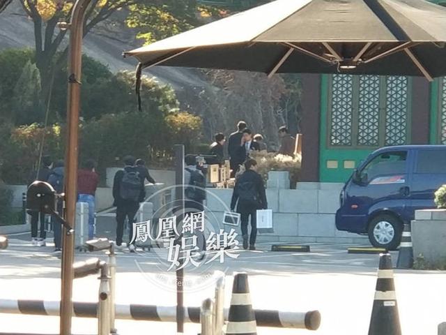Tuy nhiên, phía trong nơi tổ chức hôn lễ vẫn còn lộn xộn. Nhiều nguồn tin cho biết cái chết của đàn anh trong nghề - Kim Joo Hyuk - sau vụ tai nạn chiều 30/10 ảnh hưởng không nhỏ đến lễ cưới. Tại Hàn Quốc, hôm qua, thông tin Kim Joo Hyuk tử vong cũng đã khiến dư luận nước này quên ngày vui của cặp đôi Song - Song. Trên mạng xã hội, bình luận về đám cưới thế kỷ giảm đáng kể.