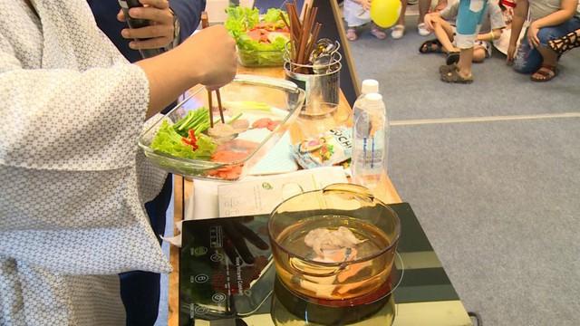 Bước 1: Sơ chế nguyên liệu có sẵn (rau,củ, tôm) cho vào nồi nước