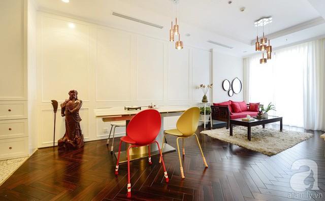 Khu vực trung tâm của ngôi nhà là phòng khách và bàn ăn màu sắc