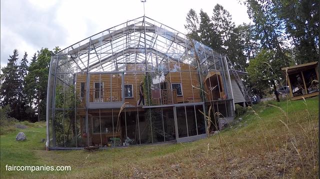 Quá trình thi công lắp ráp các mảnh kính lớn trong suốt ở bên ngoài của ngôi nhà.