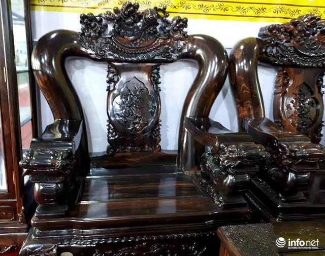 và 4 ghế đơn, tất cả đều được làm từ gỗ mun hoa của Lào.