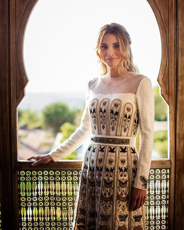 Ngoài ra, bà cũng nổi tiếng bởi tấm lòng nhân hậu, luôn tích cực trong công tác xã hội, đấu tranh bảo vệ quyền lợi của phụ nữ và trẻ em. Chính vì vậy, hoàng hậu Rania thường được so sánh với Công nương Diana của xứ Wales. Bà được công chúng ngưỡng mộ, gọi là Nữ hoàng của thế giới Ả Rập.