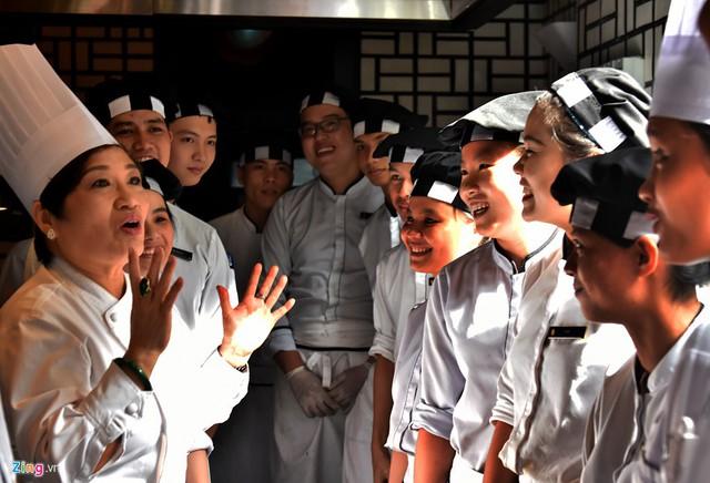 Hơn một tháng trước khi diễn ra sự kiện Tuần lễ cấp cao APEC, nghệ nhân Ánh Tuyết nhiều lần vào Đà Nẵng để hướng dẫn, chia sẻ kinh nghiệm, lựa chọn món ăn, lập ra thực đơn phù hợp cho tiệc chiêu đãi mang tầm quốc tế này.
