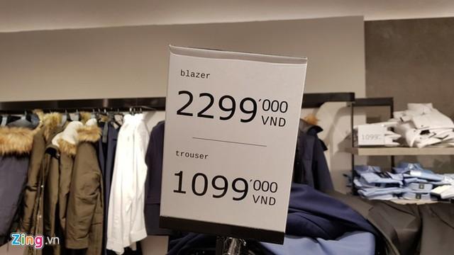 Những con số không dành cho phần đông khách tại cửa hàng của Zara. Ảnh: Hiếu Công.