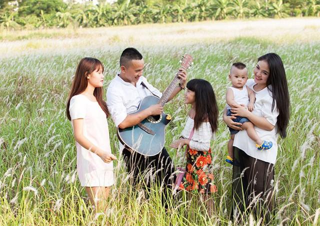 Khi anh Tú viết bài hát Nắm lấy tay anh, tôi biết mình đã đúng trong cuộc tình này. Người đàn ông phải rất hài lòng với cuộc sống hiện tại mới viết ra bài hát tràn đầy hạnh phúc như vậy, Lam Trang nói.
