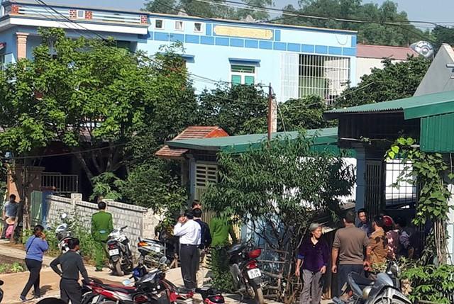 Nhiều người tập trung tại nhà anh Thuận, phía trong cơ quan công an đang khẩn trương thu thập thông tin, làm rõ vụ việc. Ảnh: Nguyễn Dương.