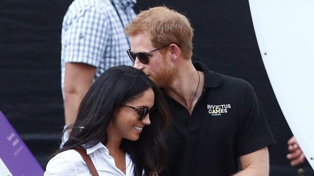 3 năm sau chia tay chồng, Meghan gặp gỡ hoàng tử Anh - Harry thông qua giới thiệu của bạn bè. Cặp đôi công khai tình yêu vào tháng 9/2016.