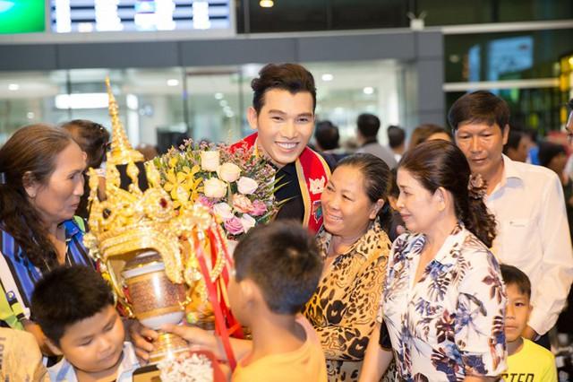 Siêu mẫu khoe, với danh hiệu Manhunt 2017, giải thưởng anh nhận được gồm cúp mạ vàng, một nhẫn kim cương, một nhẫn vàng, một năm sử dụng căn hộ cao cấp tại Thái Lan và tour du lịch trị giá 7.000 USD... Anh về nước nghỉ ngơi khoảng một tuần, sau đó sẽ trở lại Thái Lan để tham gia lịch trình quảng bá cho cuộc thi trên khắp thế giới.