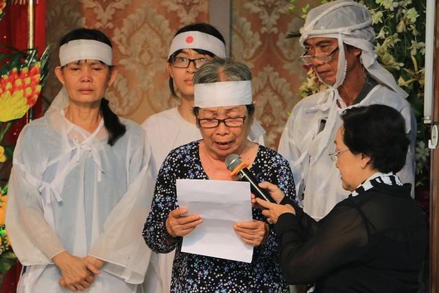 Nghệ sĩ Ngọc Lan - em gái nghệ sĩ Ngọc Hương - thay mặt gia đình đọc lời cảm tạ. Giữa chừng, bà khóc nghẹn vì xúc động: Chị ơi, chị bỏ em đi rồi sao chị!.