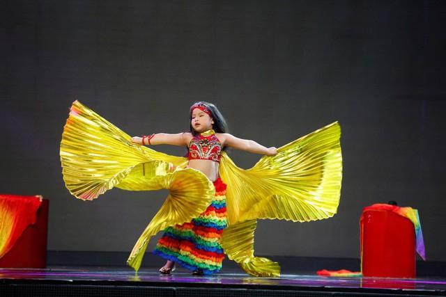 Những điệu múa bụng sôi động và lôi cuốn của Khả Ngân, trên sân khấu em còn tỏ ra vô cùng tự tin và thoải mái.