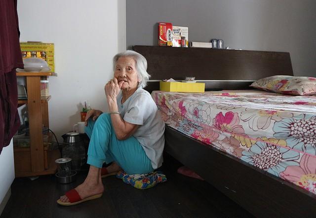 Ly hôn danh hài Duy Phương vào năm 1993, nghệ sĩ Hải Lý chọn cách sống đơn thân nuôi mẹ 100 tuổi. Chị chia sẻ, mỗi ngày dậy sớm nấu ăn, dọn dẹp nhà cửa và chăm sóc mẹ. Những ngày đi quay phim hay vắng mặt, nữ nghệ sĩ nhờ người cháu qua chăm bà. Do lớn tuổi, mẹ ruột Hải Lý di chuyển khó khăn, chủ yếu nằm một chỗ.