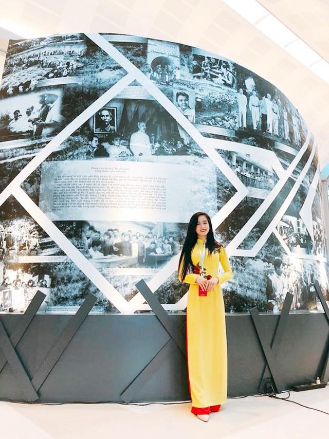 Hotgirl làng võ hào hứng khám phá những câu chuyện lịch sử về Đoàn thanh niên Việt Nam tại khu vực triển lãm.