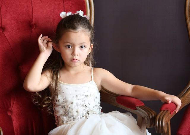 Bé Tép xinh đẹp và điệu đà trong bộ váy xinh như công chúa