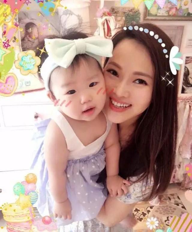 Sau scandal ngoại tình, chê chồng yếu chuyện giường chiếu, giờ đây Y Năng Tịnh có cuộc sống bình yên và hạnh phúc bên chồng mới là Tần Hạo và cô con gái xinh xắn. Do con còn nhỏ, Y Năng Tịnh không tham gia đóng phim mà chỉ nhận lời xuất hiện trong các chương trình truyền hình.