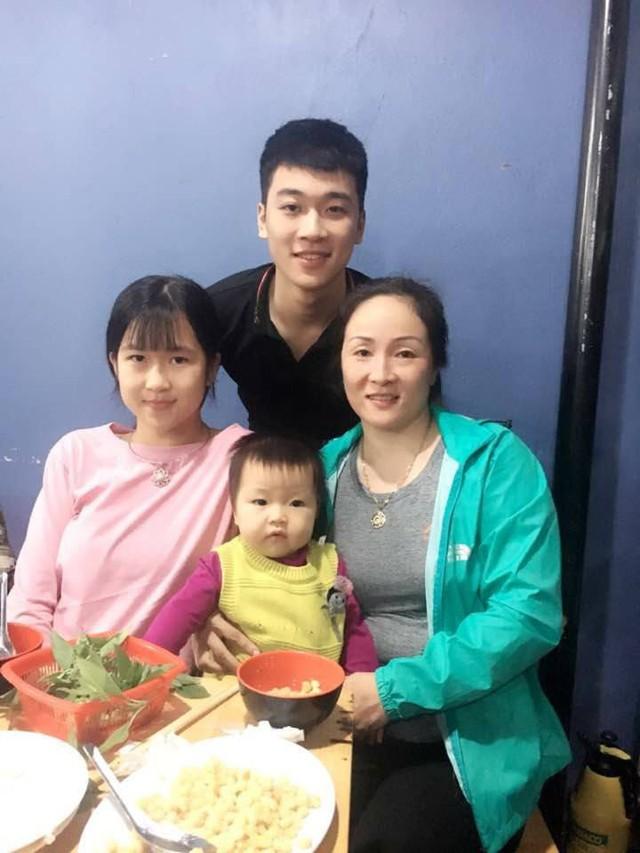 Tuấn Anh chụp ảnh cùng mẹ và các em. Ảnh: Facebook
