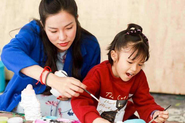 Lý Phương Châu cho biết, công việc tuy khá bận rộn nhưng cô luôn cố gắng chăm sóc đời sống tinh thần cho con gái để bé không thiếu thốn tình cảm sau khi cô và chồng cũ Lâm Vinh Hải chia tay.