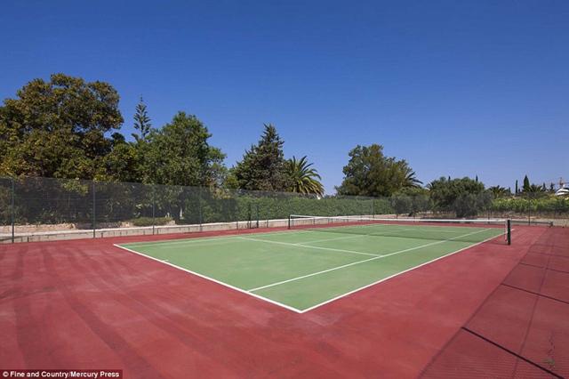Ngoài ra, nó còn có 1 hồ bơi ngoài trời và 1 sân tennis.