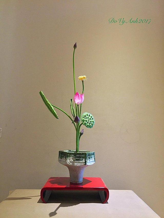 Bình Bạch Hồng Liên Hương - lai giữa sen trắng và sen đơn hồng của anh Vy Anh. Hoa có màu trắng phớt hồng nhẹ và có một hương thơm cực kỳ thanh khiết, nồng đượm.