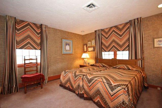 Phòng ngủ này mang hơi hướng rustic với những đường sóng mạnh mẽ.