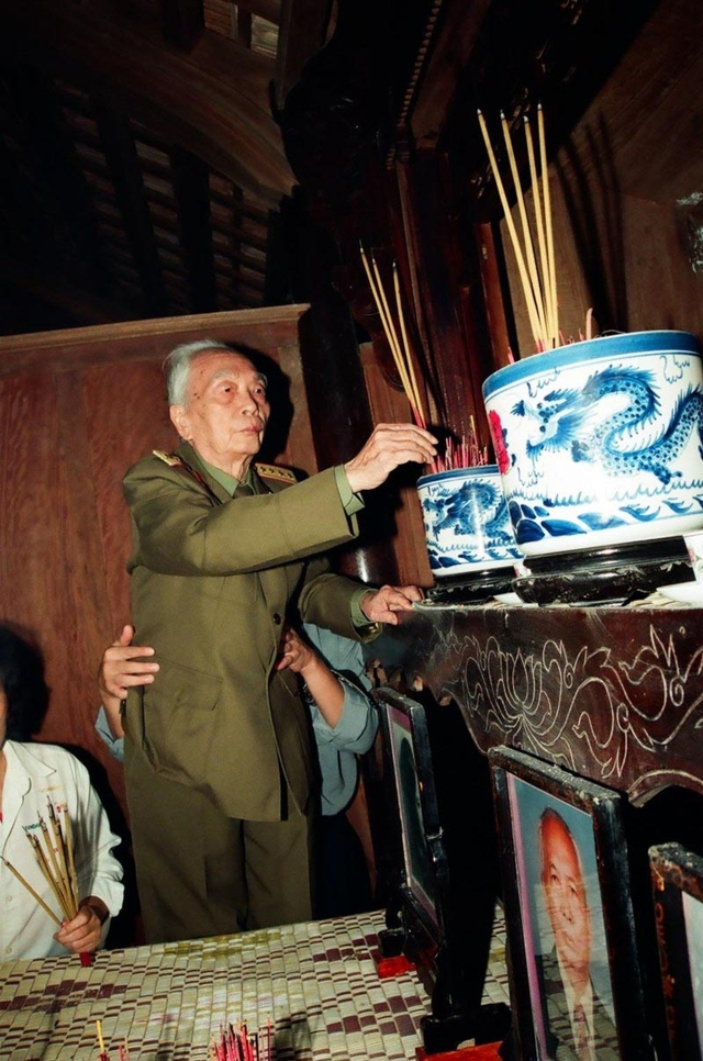 Đại tướng Võ Nguyên Giáp thắp hương ở nhà riêng tại quê nhà ở Ân Xá, Lệ Thủy, Quảng Bình vào tháng 11/2004