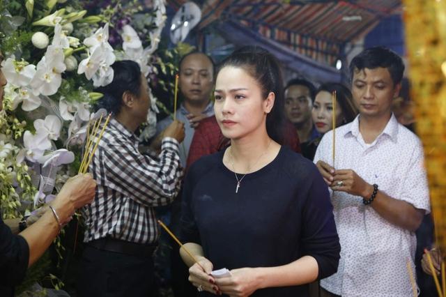 Nhật Kim Anh cũng vội vã đến viếng đàn anh trong đêm. Cô cho biết vốn hay diễn chung ở các tụ điểm nên thường xuyên gặp và trò chuyện với diễn viên hài Khánh Nam.